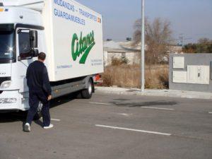 Conductor de camiones Mercedes para la mudanza de Atance Mudanzas- Servicio de Mudanzas